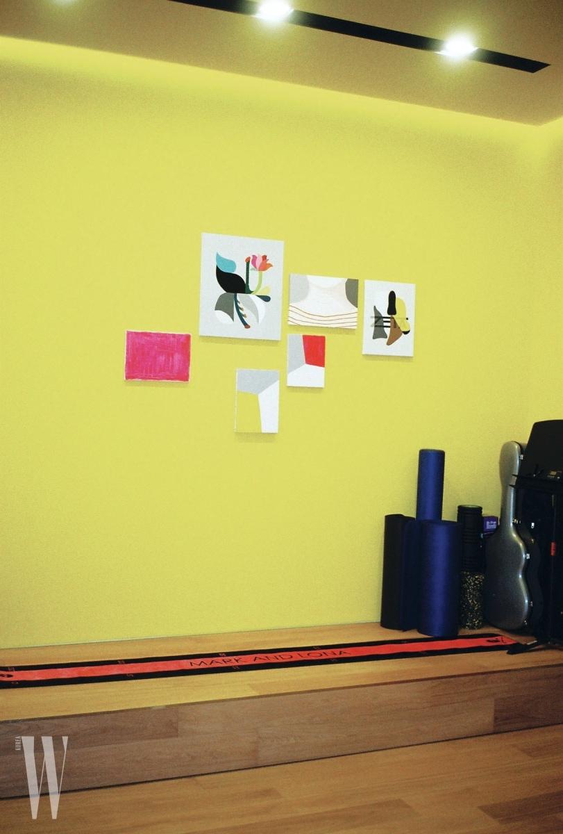 컬러감이 돋보이는 벽과 그림이 어우러진 그녀의 피트니스 룸.