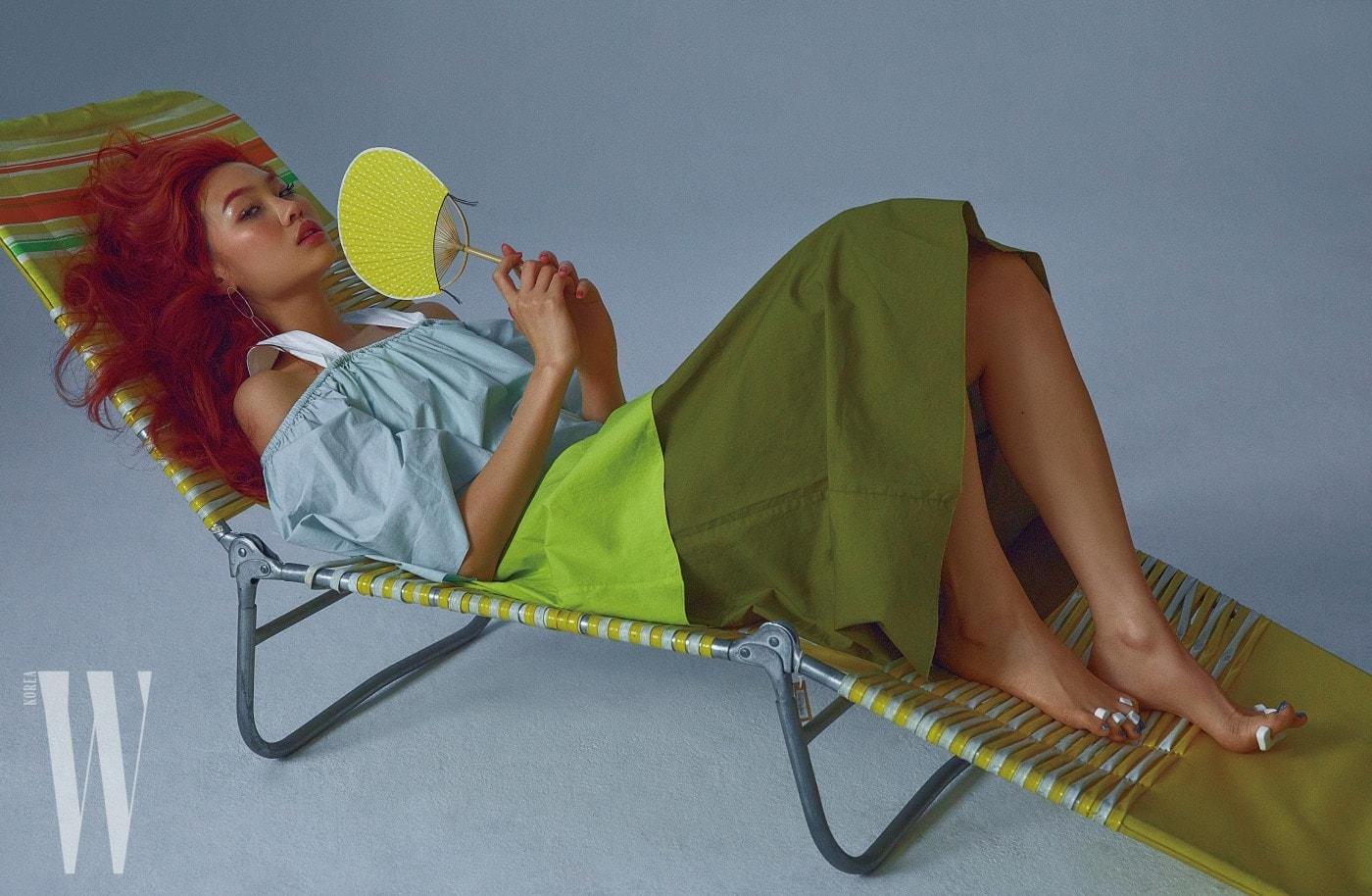 휴양지의 여유로움을 담은 드레스는 렉토 제품. 23만8천원. 실버 귀고리는 넘버링 제품. 13만원.