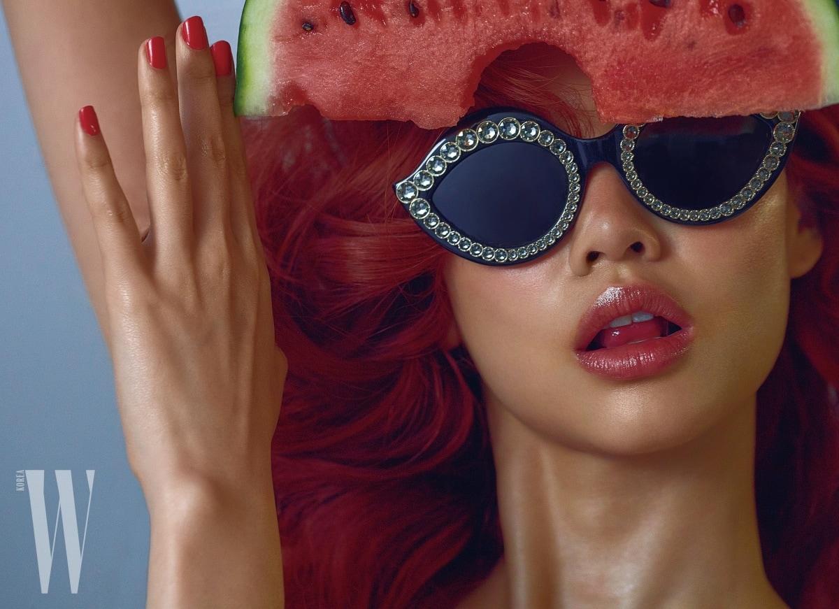 화려한 주얼 장식 선글라스는 구찌 제품. 가격 미정.