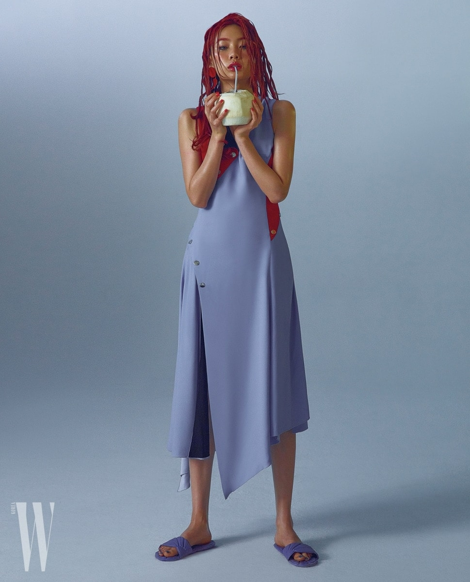 실크 소재의 드레스는 베르사체 제품. 가격 미정. 보라색 슬리퍼는 미우미우 제품. 30만원대. 귀고리는 셀린 제품. 가격 미정.