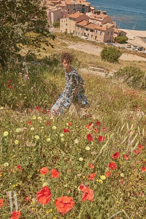 꽃무늬 블라우스와 통 넓은 팬츠는 Chloe, 그물 형태의 가방은 Saint James 제품.