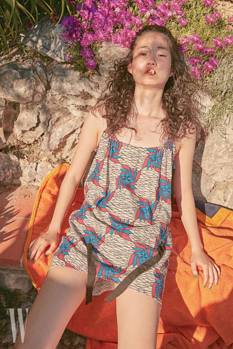 바람개비 무늬 원피스는 Bimba Y Lola, 비치 타월은 Hermes 제품.