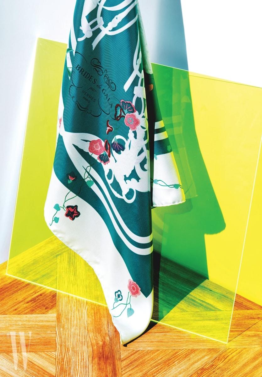 3. 에메랄드블루 색상에 작은 꽃 장식이 조화로운 스카프는 에르메스 제품. 가격 미정.