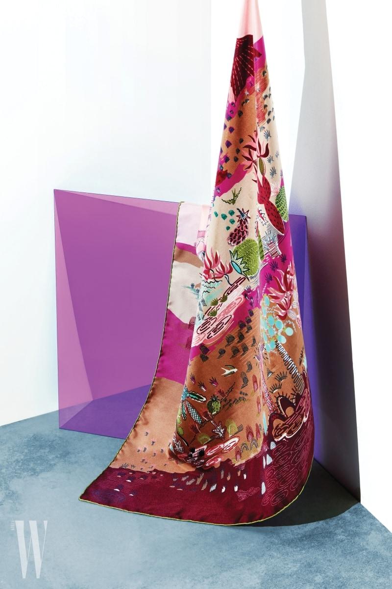 4. 신비로운 정원의 느낌을 표현한 스카프는 발렌티노 가라바니 제품. 가격 미정.