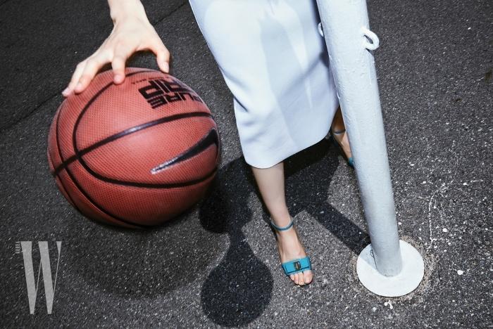 2. 운동복 소재의 하얀색 슬릿 스커트는 DKNY 제품. 가격 미정. 발등에 리본이 장식된 하늘색 샌들은 살바토레 페레가모 제품. 69만원.
