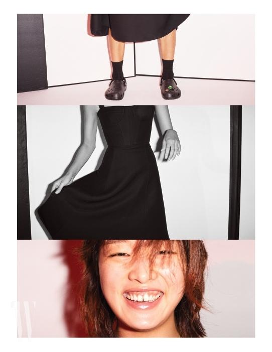 검은색 드레스는 디올, 슈즈는 크록스 제품.