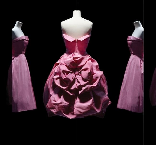 2. 화사한 색과 볼륨감의 실크 이브닝 가운은 1956 F/W 시즌, 크리스찬 디올이 디자인한 쿠튀르 드레스.