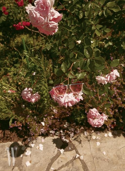 연한 분홍빛 렌즈와 프레임이 여성스러운 선글라스는 레지나 표 ×프로젝트 프로덕트 제품. 26만원.