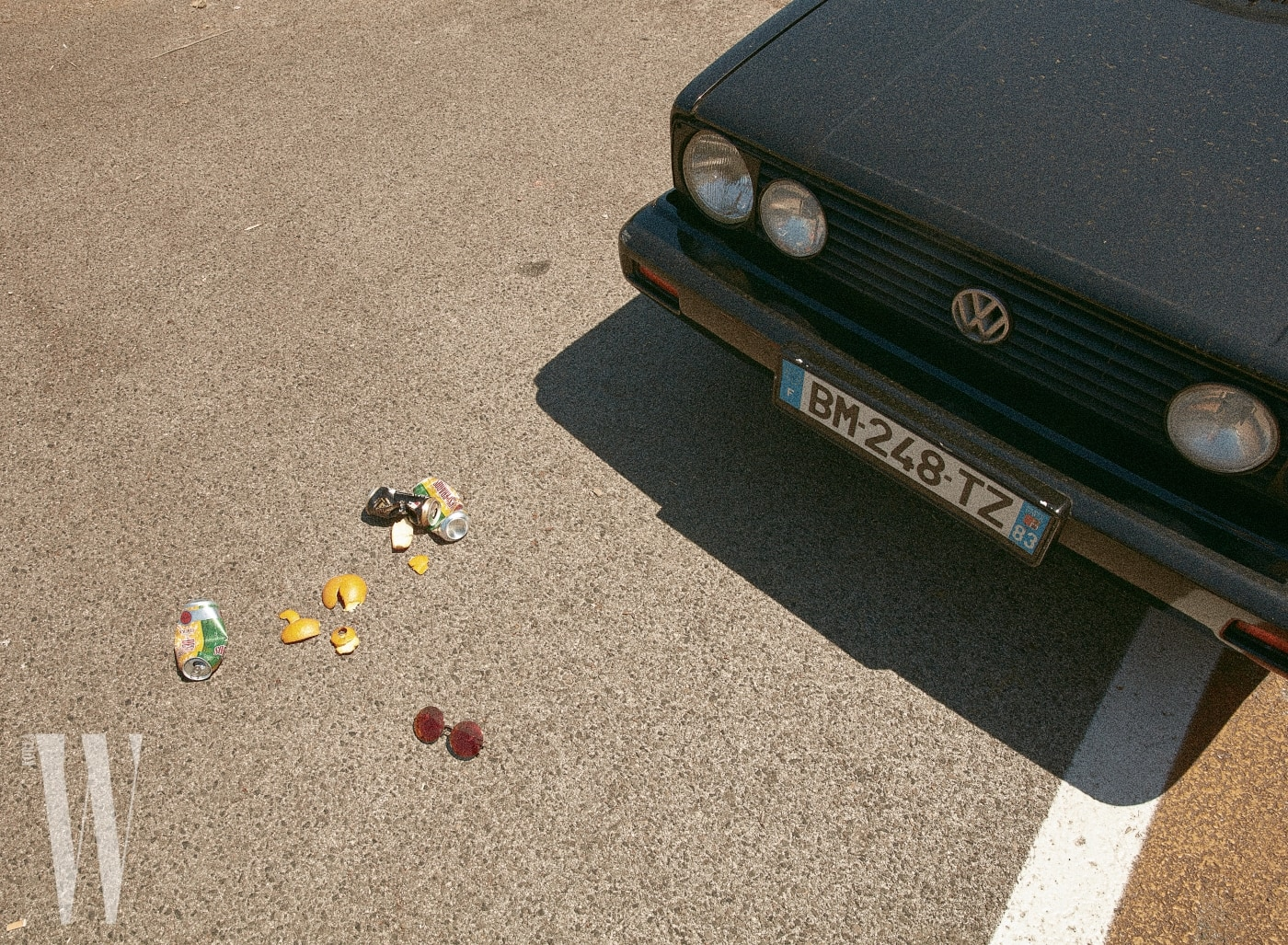 동그란 프레임의 미러 선글라스는 린다 패로우×매튜 윌리엄슨 by 한독 제품. 31만5천원.