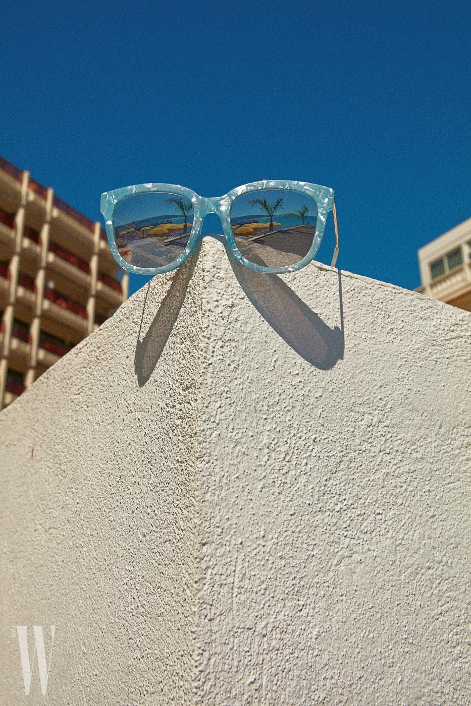 시원한 느낌을 주는 반투명 프레임 선글라스는 휠라 by 모다루네쯔 제품. 8만5천원.