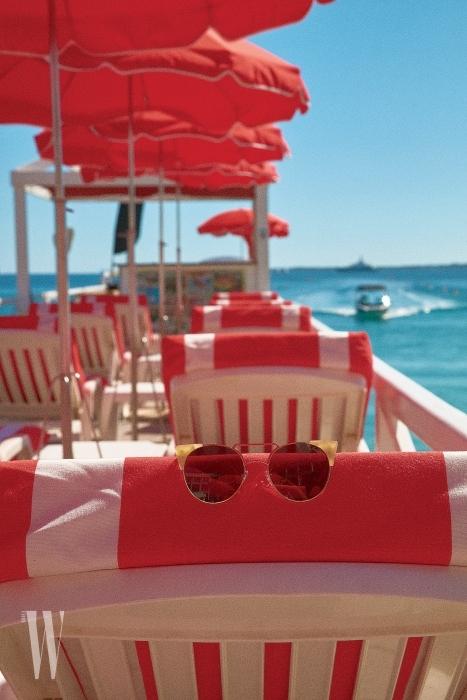 프레임이 독특한 선글라스는 프론트 아이웨어 제품. 22만5천원.
