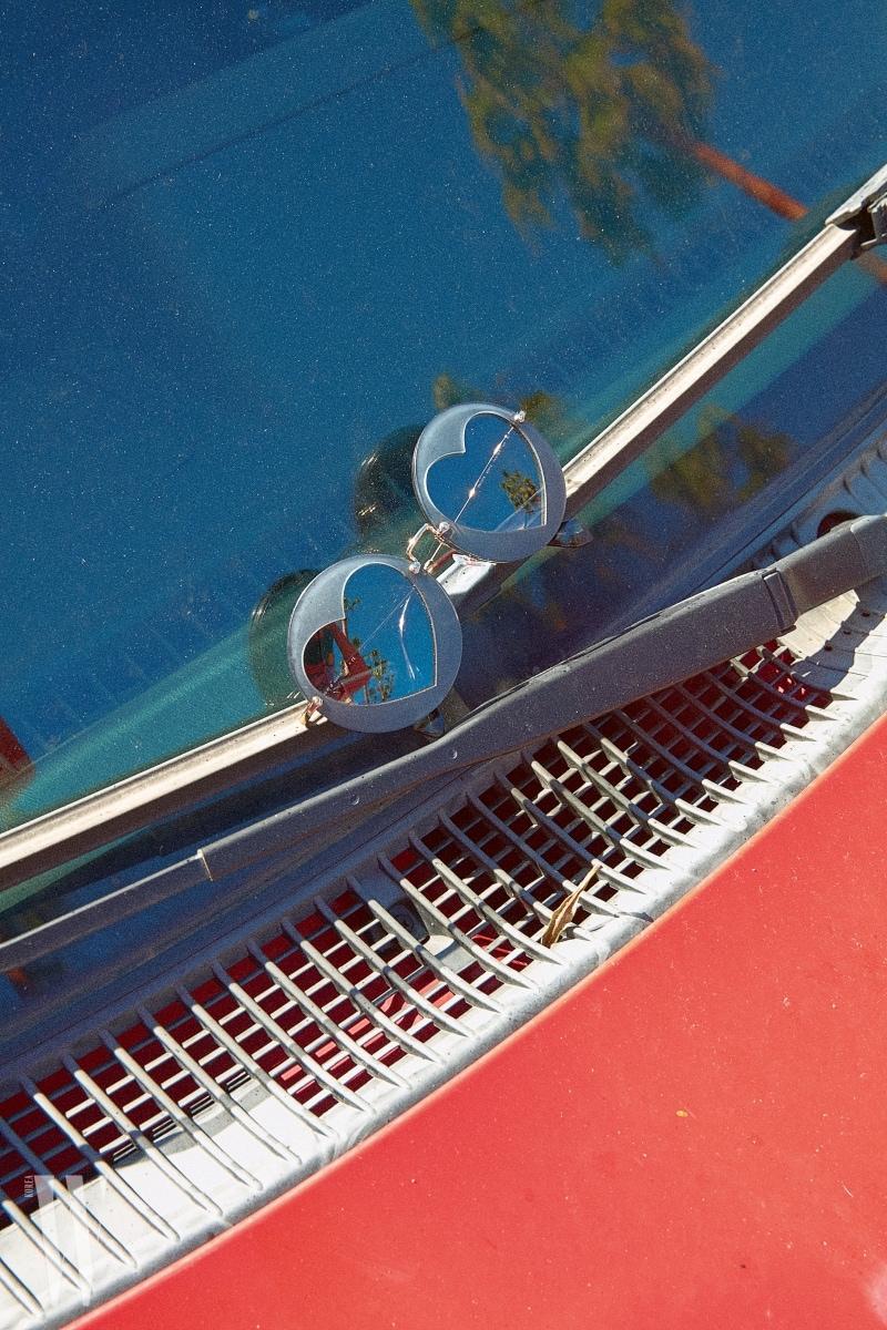 하트 모양 프레임이 위트 있는 선글라스는 미우미우 by 룩소티카 제품. 40만원대.
