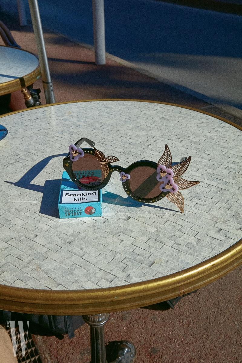 입체적인 꽃과 이파리 장식이 독특한 선글라스는 린다 패로우×에이브이 로버트슨 by 한독 제품. 가격 미정.