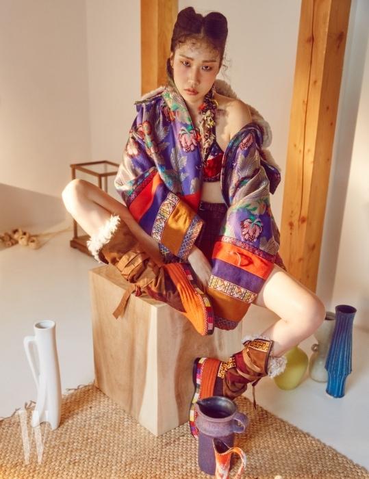 사이키델릭한 색으로 재해석한 민속풍의 오버사이즈 점퍼, 브라톱, 체크무늬 팬츠, 펠트와 스웨이드 소재의 부츠는 모두 Etro 제품.