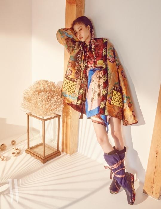 동양적인 자카르 꽃무늬와 니트 소재의 이국적인 조화가 돋보이는 리버서블 아우터, 컬러와 프린트의 풍성한 혼합이 독특한 실크 소재 드레스, 히말라야를 누비는 유목민이 연상되는 리본 장식 부츠는 모두 Etro 제품.