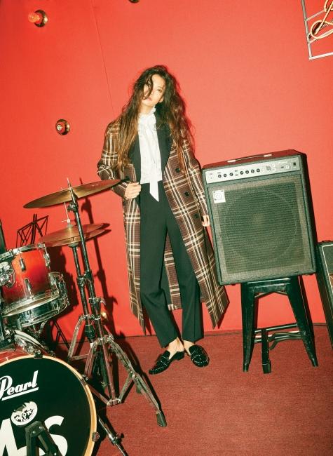 울 소재 타탄체크 코트, 흰색 블라우스, 검은색 턱시도 팬츠, 자넬(Janelle) 스터드 플랫 슈즈는 모두 BALLY 제품.