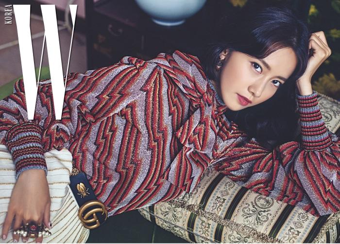 지오메트릭 패턴의 블라우스와 순백의 주름 스커트, GG 버클 장식 벨트, 귀고리, 반지는 모두 Gucci 제품.
