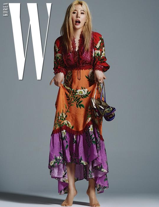 꽃무늬 시폰 드레스, 귀고리, 크리스털과 스터드 장식 굽이 강렬한 새틴 슈즈, 반지는 모두 Gucci 제품.