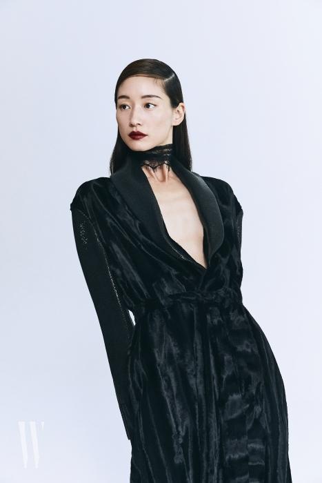 페이크 송치와 페이크 가죽이 어우러진 로브 형태의 블랙 코트는 Lanvin 제품.