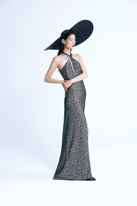 은은하게 반짝이는 레오퍼드 패턴과 크리스털 프린지의 조화가 극적인 이브닝 드레스, 페이턴트 가죽 소재 부티는 Lanvin 제품.