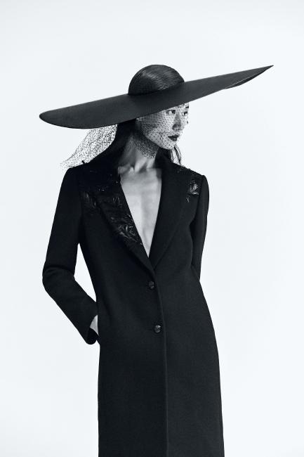칼라에 섬세한 비즈와 깃털 장식을 더한 캐시미어 코트는 Lanvin 제품.