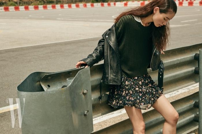 스터드 장식 오버사이즈 가죽 재킷과 카키색 니트, 줄무늬 블라우스, 러플 장식 꽃무늬 원피스는 모두 IRO 제품.