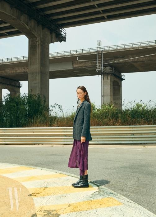 오버사이즈 재킷, 보라색 슬립 드레스, 스터드 장식 레이스업 부츠는 모두 IRO 제품.