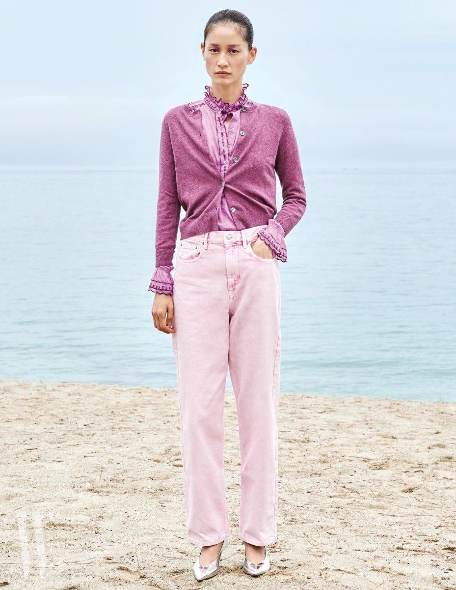 자수 장식 코튼 보일 블라우스, 보라색 카디건, 핑크 데님 팬츠는 모두 Isabel Marant, 은색 레트로 펌프스는 Isabel Marant Etoile 제품.