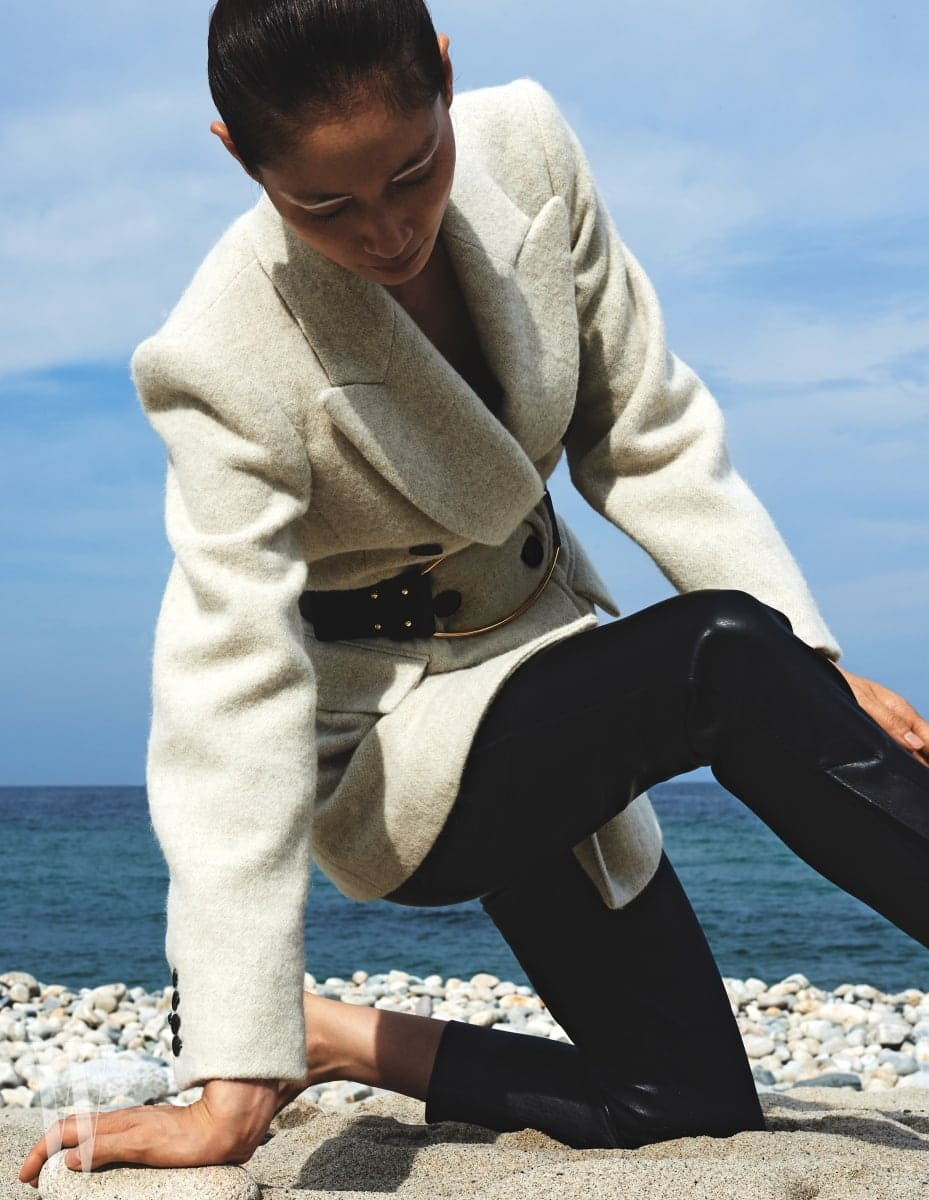 하얀색 더블브레스트 보이프렌드 알파카 코트와 큼직한 벨트, 검정 가죽 팬츠는 모두 Isabel Marant 제품.