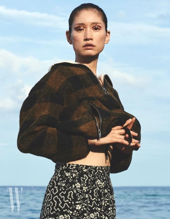 카키색 쇼트 체크 울 혼방 재킷은 Isabel Marant Etoile, 꽃무늬 실크 랩스커트는 Isabel Marant 제품.