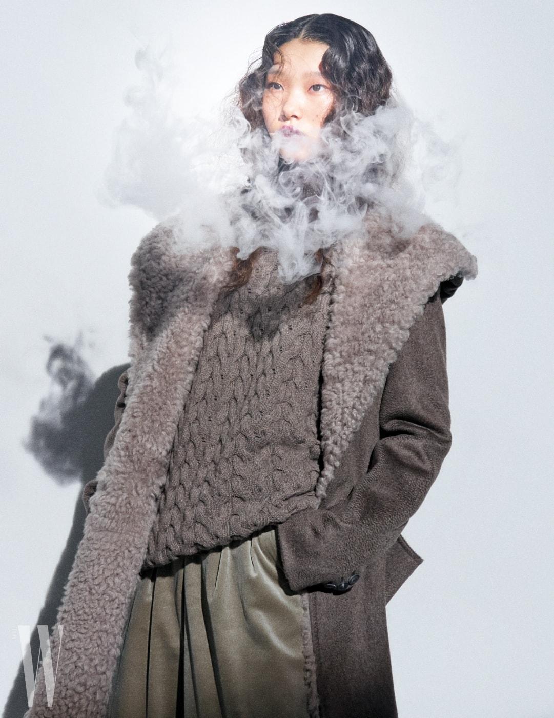 꽈배기 무늬 니트와 양털 코트, 벨벳 팬츠는 모두 Max Mara 제품.
