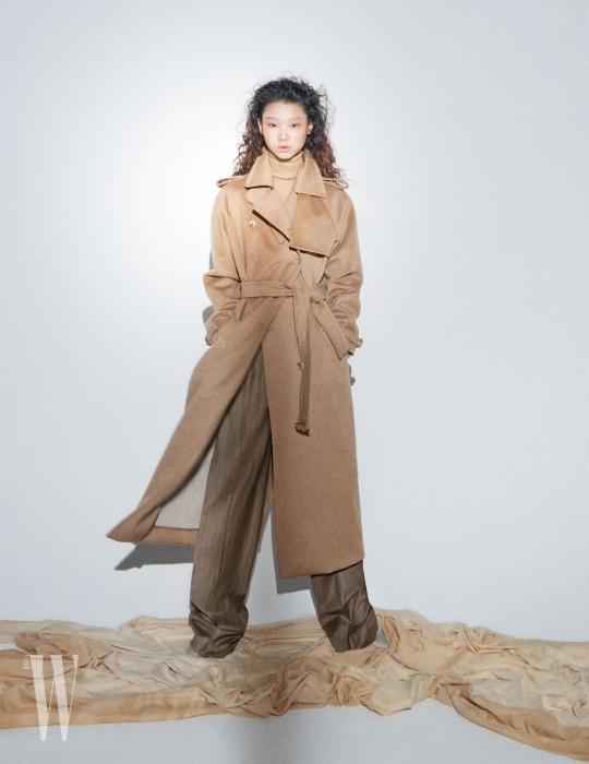 고급스러운 캐멀색 터틀넥과 캐시미어 코트, 줄무늬 팬츠는 모두 Max Mara 제품.