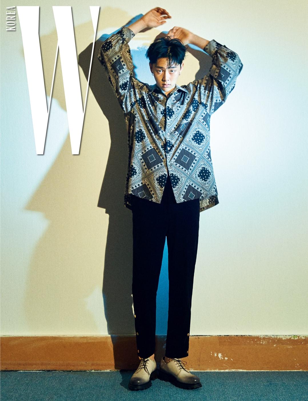 넉넉한 핏의 반다나 패턴 셔츠와 버튼 장식 코듀로이 팬츠는 올디너리 피플, 그러데이션 슈즈는 살바토레 페라가모 제품.