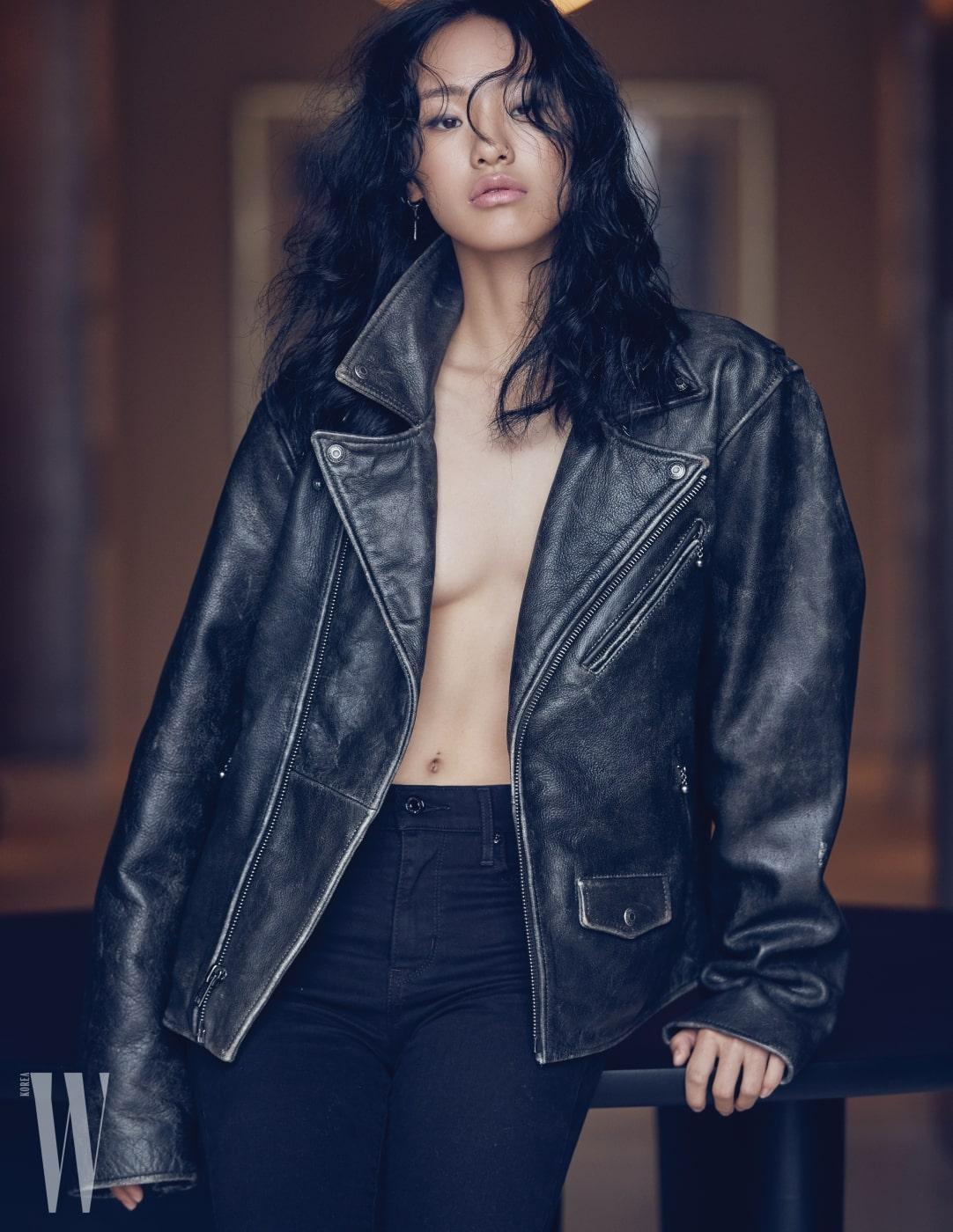 여자 우승자 김별이 입은 빈티지한 느낌의 남성용 레더 재킷과 721 스키니 진은 Levi's 제품.