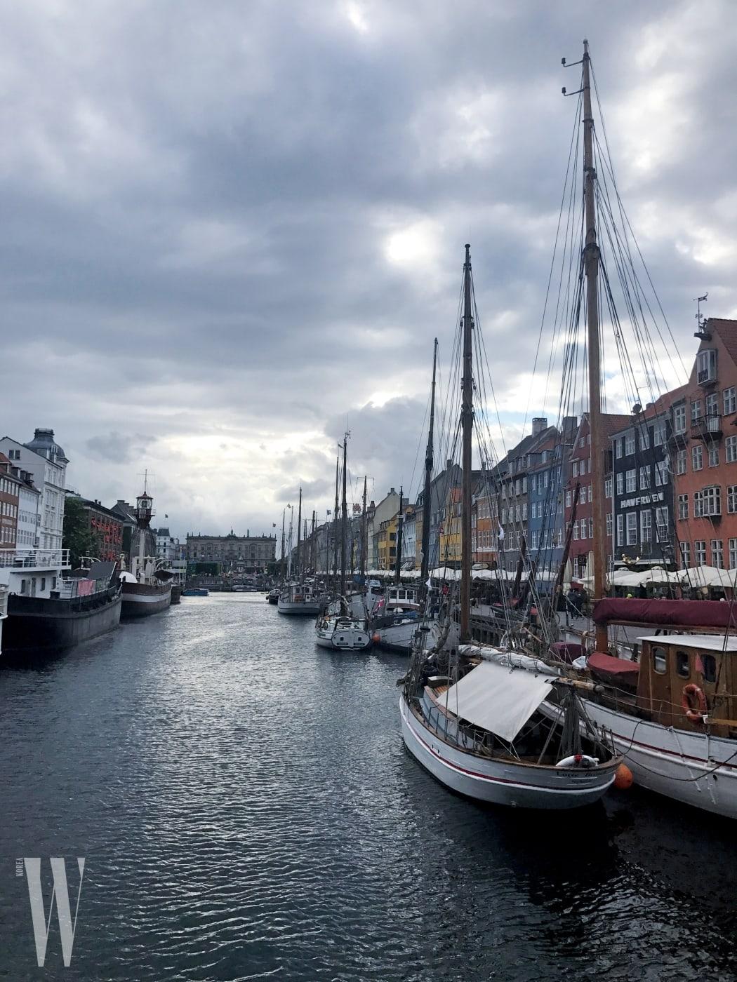 1 코펜하겐에 도착. 강가를 걷다 보니 동화 작가 안데르센이 살았다는 마을이 나온다. 동화 속에 나올 법한 아기자기한 색감의 집들이 인상적.