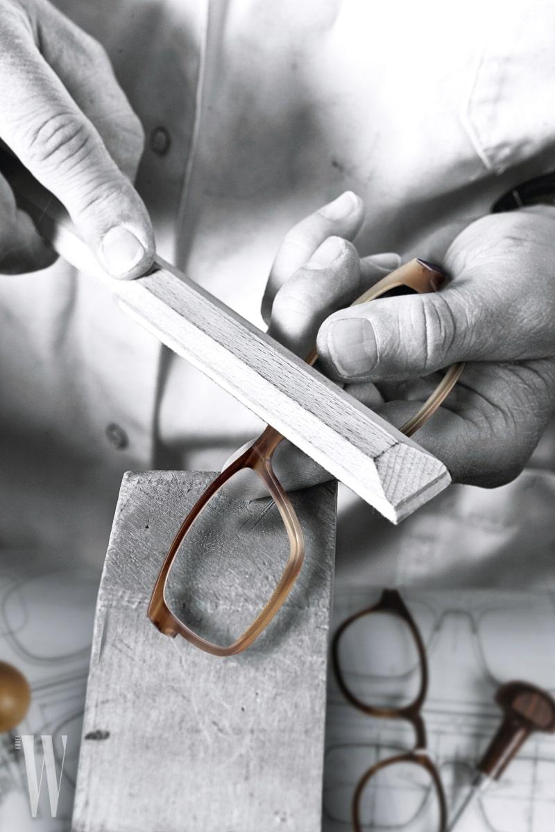7 문재인 대통령, 빌 게이츠, 팀 쿡 등 유명 인사들의 안경으로 주목받았지만 린드버그는 오랜 역사와 장인 정신을 자랑하는 브랜드다. 검안사였던 폴-존 린드버그는 1980년대 초반 건축가 한스 디싱과 함께 세계 최초의 안경테 제작 시스템인 에어 티타늄을 설계했다. 이어 건축가 헨릭 린드버그의 주도하에 개발된 12가지 안경 콘셉트를 바탕으로 85차례에 걸쳐 세계적으로 명망 있는 디자인 상을 수상했다. 직접 보고, 만지고, 써보니 왜 그토록 많은 상을 받았는지 실감할 수 있었다.
