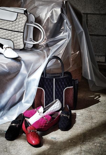 퀼팅 장식이 돋보이는 미디엄 사이즈의 셀라(Sella) 백, 색색의 가죽과 스웨이드 소재 더블 T(Double T) 슈즈는 모두 Tod's 제품.