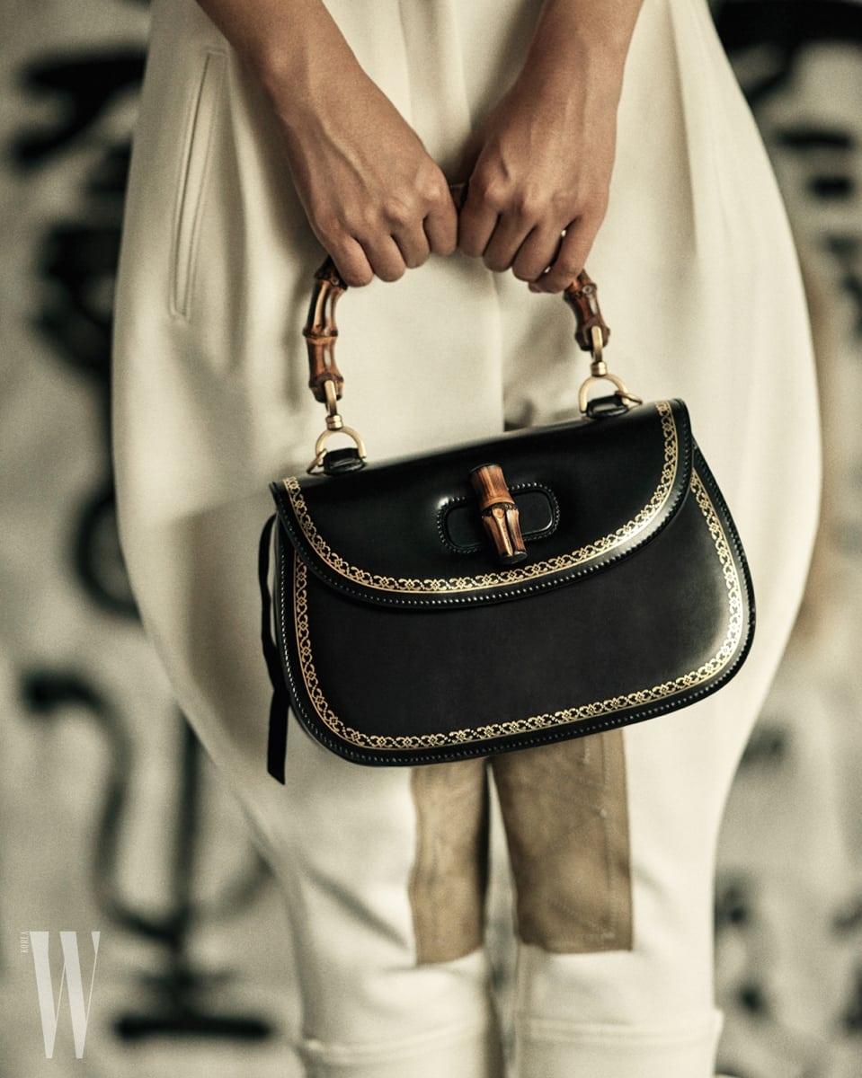 금색 라이닝이 돋보이는 검정 뱀부 백은 구찌 제품. 4백80만원. 하얀색 승마 팬츠는 보테가 베네타 제품. 가격 미정.