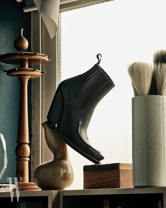 구조적인 형태의 검정 앵클부츠는 셀린 제품. 가격 미정.