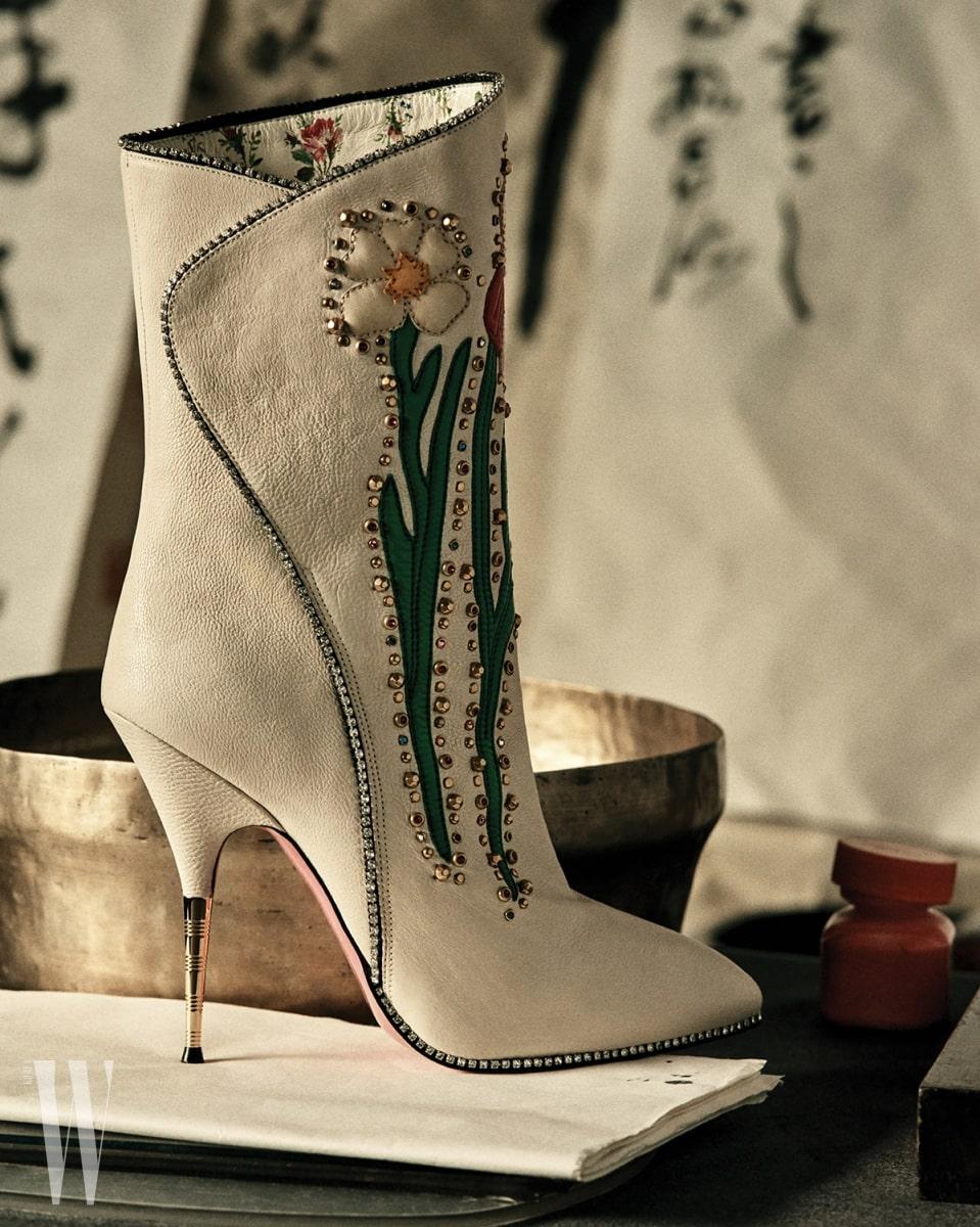 꽃과 주얼 장식이 어우러진 부츠는 구찌 제품. 2백88만원.