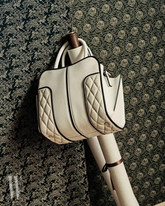 퀼팅 장식이 돋보이는 하얀색 미니 백은 토즈 제품. 2백40만원대.
