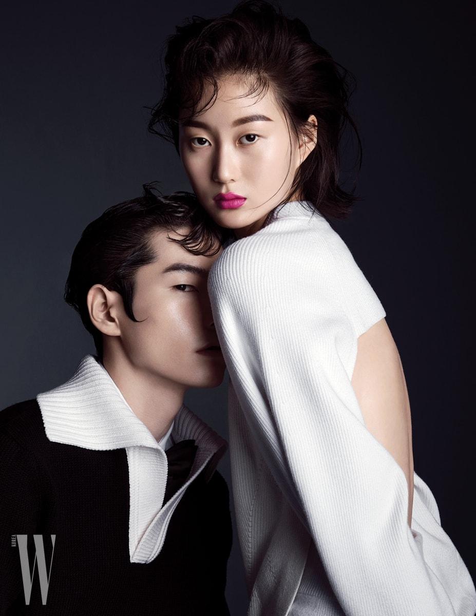 임정인이 입은 니트 톱과 미디 스커트는 DKNY 제품. 손종빈이 입은 배색 니트 톱과 안에 입은 셔츠, 보타이는 모두 Bottega Veneta 제품.