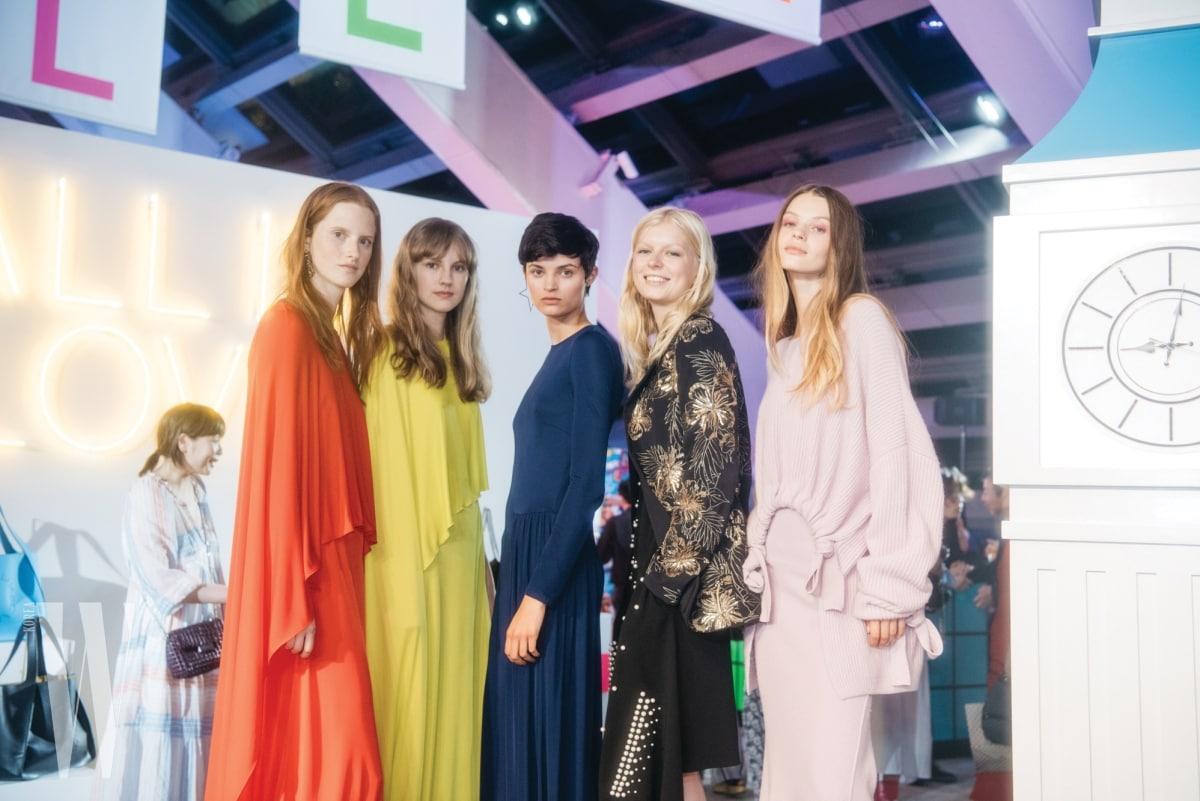 스텔라 매카트니의 2018스프링 컬렉션은 긍정적인 컬러와 스포티한 무드가 포인트였다.