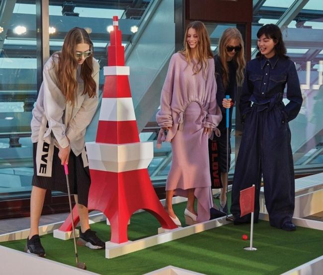 파티장 한쪽에 마련된 미니 골프장에서 게임을 즐기고 있는 모델들.