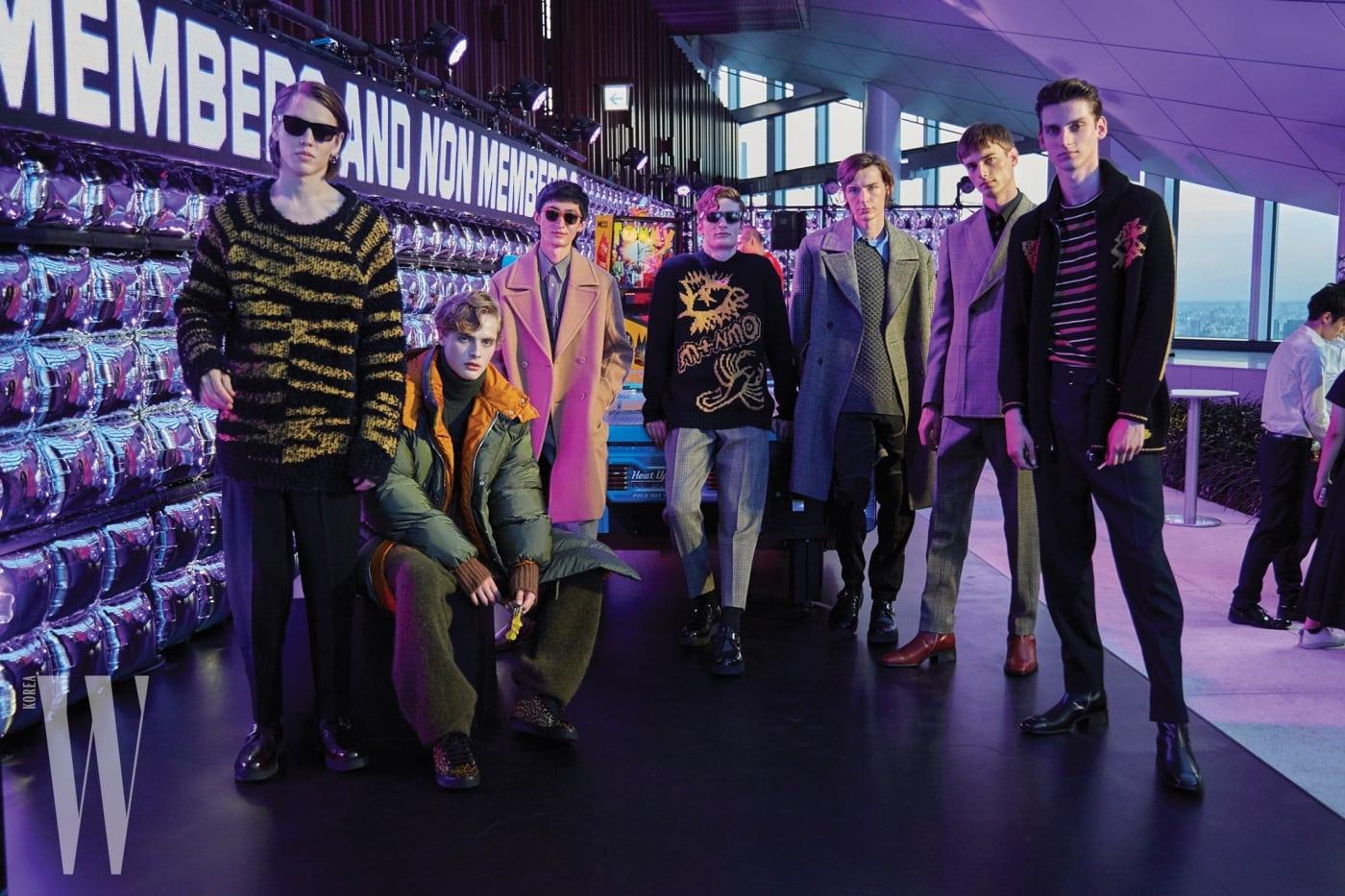 오락실 콘셉트의 무대에서 포즈를 취한 스텔라 매카트니의 남성 모델들.