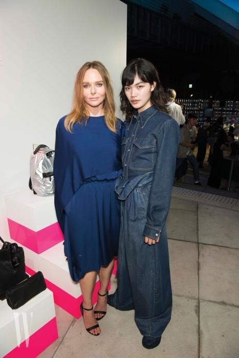 파란색 드레스를 입고 나타난 디자이너 스텔라 매카트니와 데님 룩을 입은 모델.