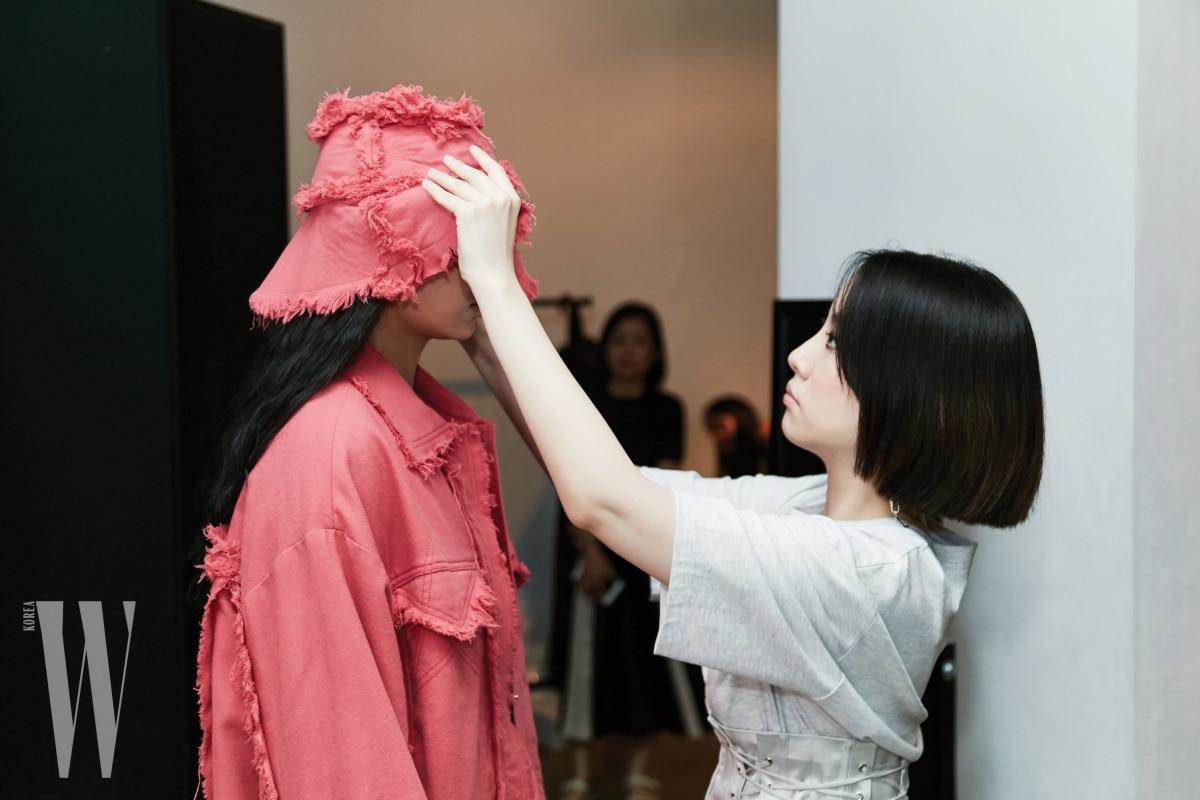 머리부터 발끝까지 울 소재를 95퍼센트 이상 사용한 강렬한 핑크 색상의 스트리트 룩을 선보인 카이의 계한희.