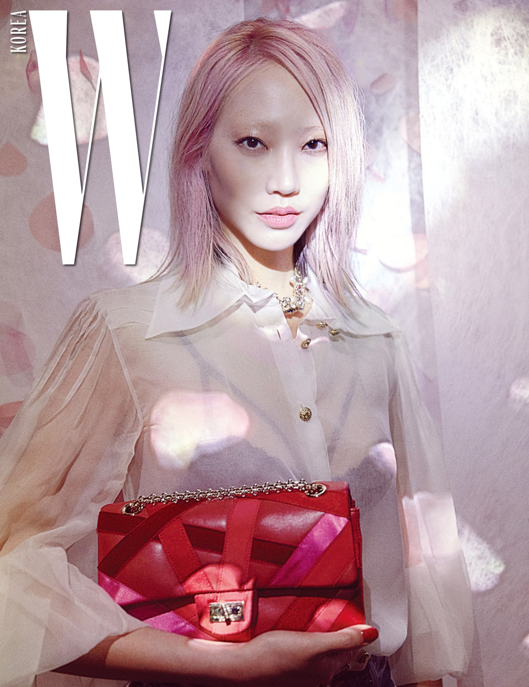 로맨틱한 장미꽃이 떨어지는 듯한 분홍빛 작품 앞에서 포착한 수주.