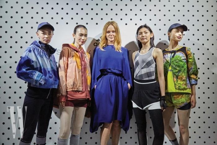 아디다스 by 스텔라 매카트니의 운동복을 입은 모델들과 함께한 디자이너 스텔라 매카트니.