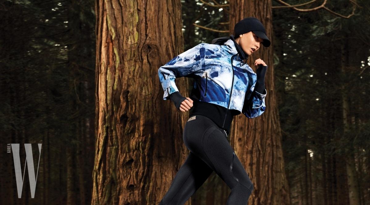 스텔라 매카트니가 디자인한 파도의 푸르름이 담긴 러닝 재킷.